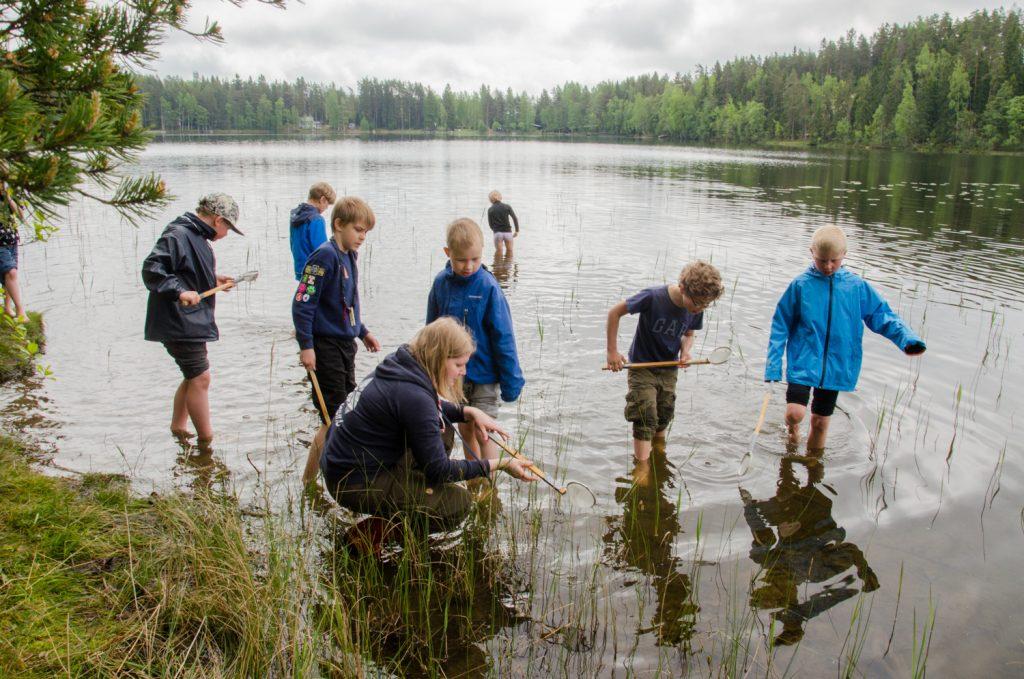 Sudenpennut etsimässä Ruostejärvestä eliöitä ja kasveja