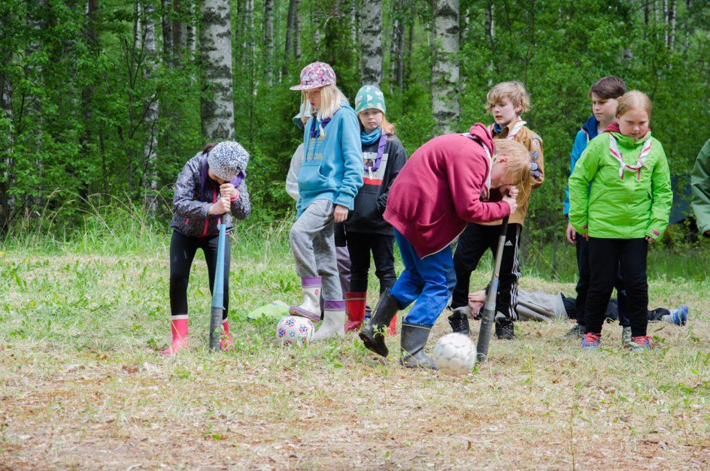 Seikkailijat pelaamassa tukkihumalaa