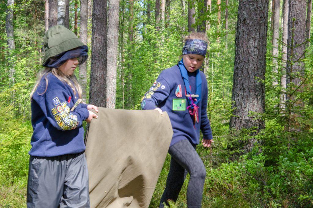 Sudenpennut auttamassa pakkaamaan telttojaan
