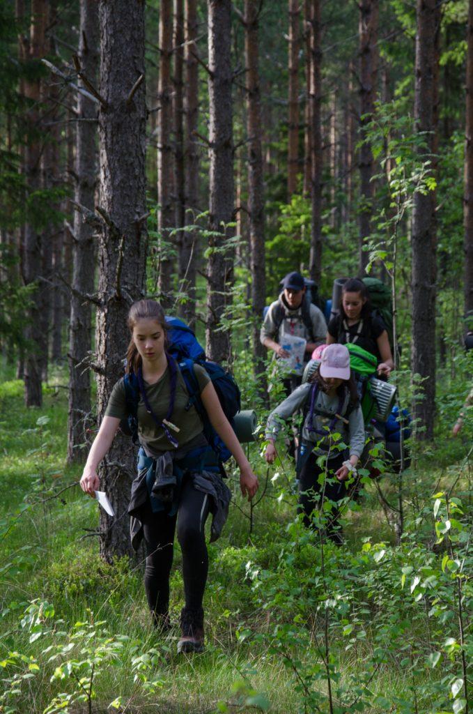 Pistesuunnistus tehtävä, jossa metsään piilotetuilta rasteilta pitää kerätä koodit taulukkoon