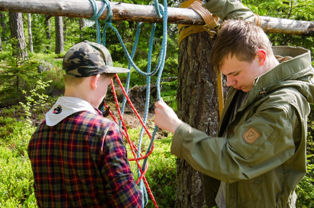 Tehtävänä nostaa pellonomistaja 1,5 metrin korkeuteen