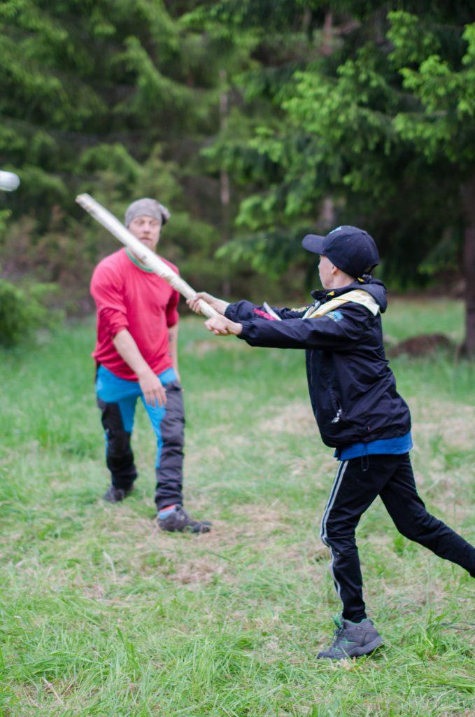 Pesäpallo-ottelu: Johtajat vastaan vartiolaiset