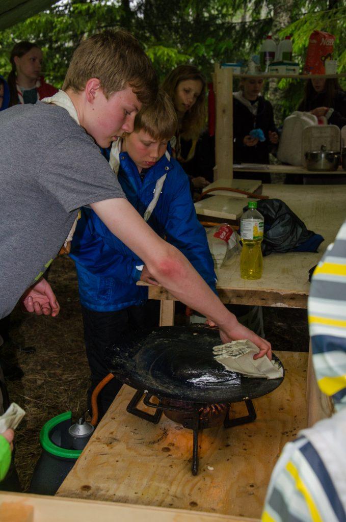 Keittiövartiot puhdistamassa keittiöitään