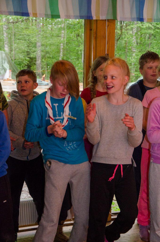 Seikkailijat esittämässä päivällä harjoiteltua tanssia