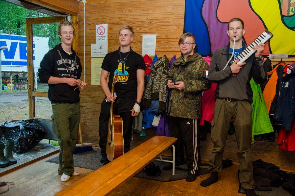Tempuksen bändi, Huolto Boys, valmiina esitykseen