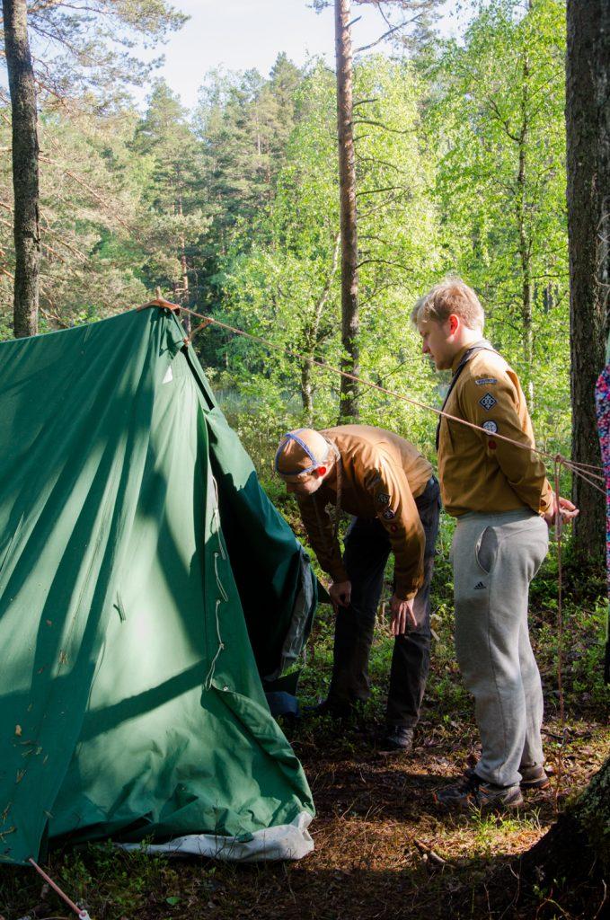 Johtajisto tekemässä telttatarkastuksia